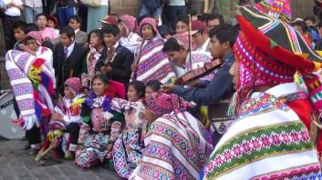 Peru-Cusco-feiert-Musikgruppe
