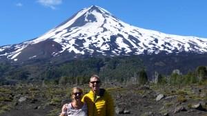 Elke Zapf und Wolfgang Eckart vor dem Vulkan Llaima in Chile