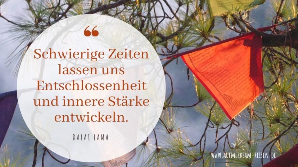 Zitat des Dalai Lama mit Bild aus Dharamsala