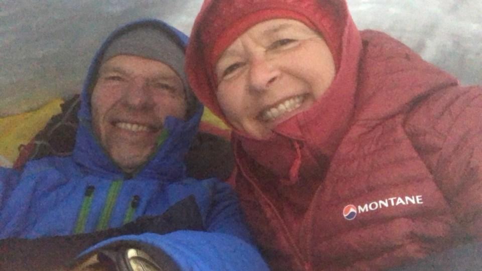 Eiskalte Nacht: Wolfgang und Elke verbringen dick eingepackt eine Nacht im selbstgebauten Iglu.