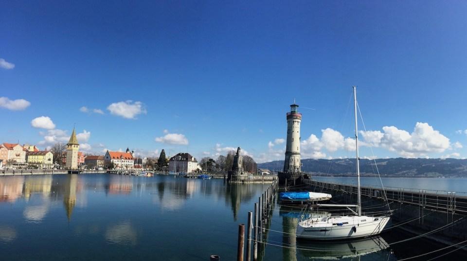 Leuchtturm und Segelboote im Hafen von Lindau