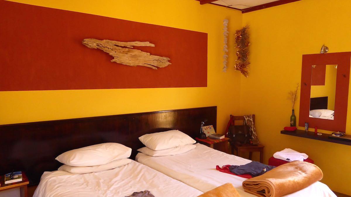 """Blick in ein Schlafzimmer in der """"Namtib Desert Lodge""""in Namibia"""