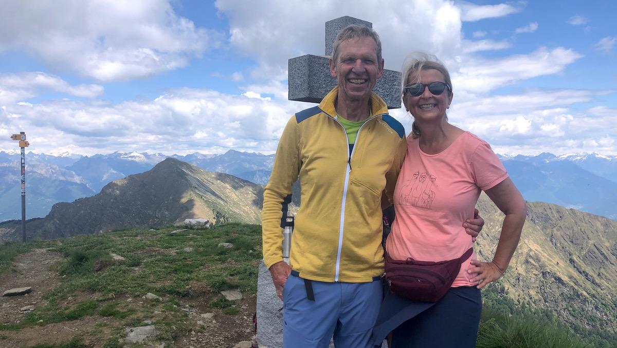 Elke Zapf und Wolfgang Eckart vor dem Gipfelkreuz