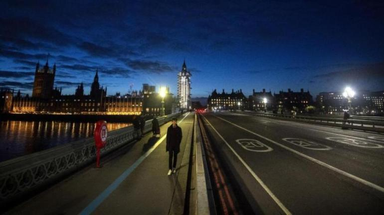 An unusual picture at rush hour in London: Great Britain in partial lockdown.