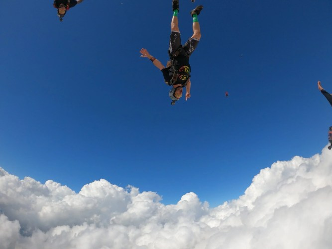 Marco Maluf leading a skydiving jump during the Xmas FreeFlow