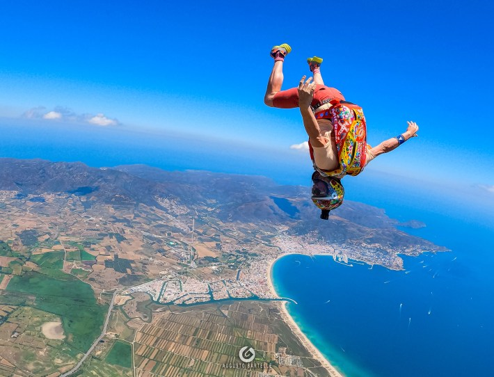 Painter Aldo Comas and Augusto Bartelle flying around to improve skydiving level and create a nice content full of colors.