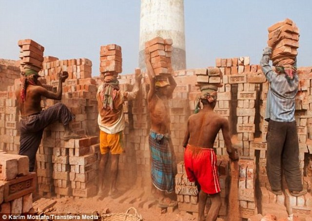 """Brick Workers in Bangladesh<span style=""""font-size: 16px;"""">(</span>Labor Day Observation: <a href=""""http://www.nirapadnews.com/english/may-day-being-observed-throughout-bangladesh-today/"""" target=""""_blank"""" rel=""""noopener"""">Nirapad News</a><span style=""""font-size: 16px;"""">)</span>"""
