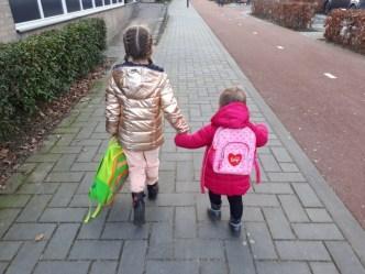 zusjes hand in hand