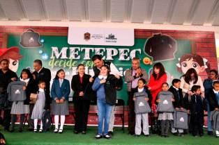 Alumnos-de-Metepec-reciben-del-ayuntamiento-chamarras,-tenis-y-mochilas-1