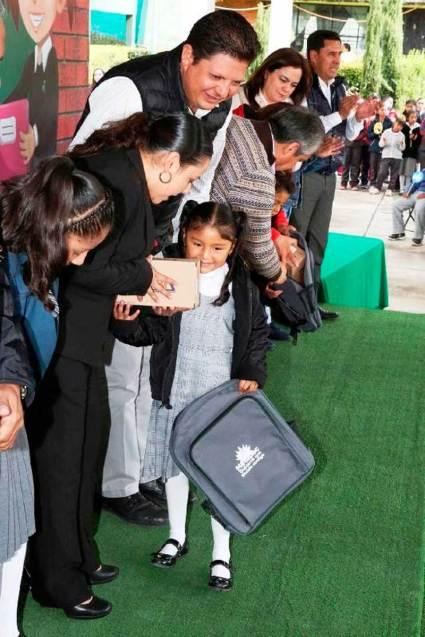 Alumnos-de-Metepec-reciben-del-ayuntamiento-chamarras,-tenis-y-mochilas-4