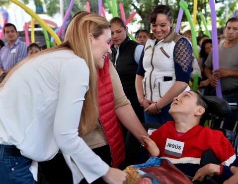 Entrega Fernanda Castillo de Del Mazo tarjetas de apoyo a madres de hijos con discapacidad