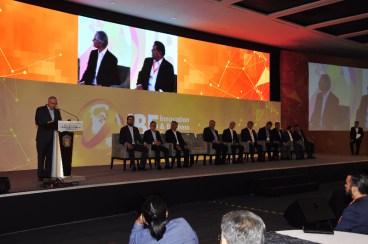 """INNOVA EDOMÉX PARA SER MÁS EFICIENTE, PRODUCTIVO Y COMPETITIVO EN MATERIA ECONÓMICA: CURI NAIME • Asegura Secretario de Desarrollo Económico que la convicción del Ejecutivo mexiquense es promover el desarrollo de proyectos científicos y tecnológicos, impulsando una agenda específica para ello. • Garantiza que el Estado de México está comprometido con las ideas innovadoras que crean desarrollo. Toluca, Estado de México, 15 de octubre, 2018. El Secretario de Desarrollo Económico Alberto Curi Naime aseguró que en el Estado de México se innova para ser más eficaces, más productivos y más competitivos, y destacó la convicción del Gobernador del Estado de México, Alfredo Del Mazo Maza, para ser un promotor del desarrollo de proyectos científicos y tecnológicos, impulsando una agenda específica para ello. En esta agenda, explicó, se vinculan los representantes de los sectores académico, empresarial y gubernamental, a través del Sistema Mexiquense de Innovación, que recientemente puso en operación el mandatario mexiquense. Asimismo, recalcó que la administración de la entidad está comprometida con el impulso de las ideas innovadoras, pues éstas crean un mayor desarrollo. """"Aquí valoramos el talento, la creatividad y la iniciativa de las mujeres y hombres de empresa, quienes con sus ideas innovadoras hacen posible cambiar paradigmas y mejorar sustancialmente los procesos productivos"""", aseguró. Conceptos como el internet de las cosas, los circuitos moldeados por transferencia, conocidos como MID, así como la comunicación máquina a máquina o la fábrica inteligente, son instrumentos que se encuentran operando en la actividad productiva. Durante un mensaje dirigido a los hombres y mujeres de negocios, reunidos en la Confederación Patronal de la República Mexicana (COPARMEX) y quienes asistieron al Innovation and Business Forum 2018, realizado en esta capital, el titular de esta dependencia afirmó que estos avances tecnológicos están modificando la manera de producir, así como los"""