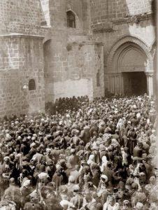 Foule au Saint Sepulcre - Jérusalem 1898 - cliché American colony