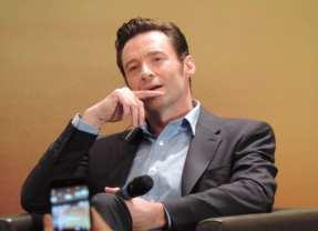 """Hugh Jackman chega no Brasil """"toma pingado"""", ganha rapadura e um desenho do Wolverine em coletiva"""