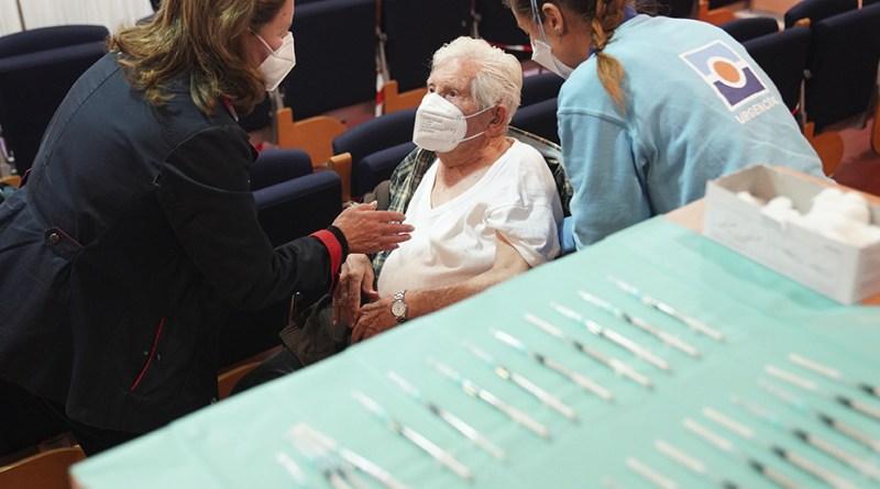 Comienza vacunación mayores de 80 años