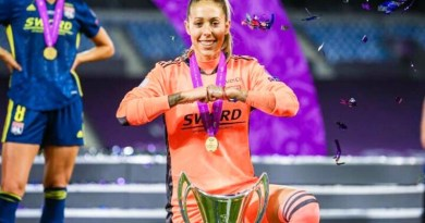 Lola Gallardo recogiendo trofeo Champions League