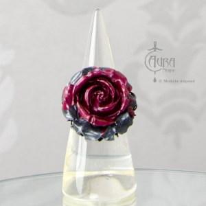 Bague gothique Llorona fleur noir et rouge en résine - ajustable - face