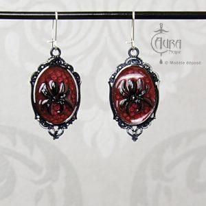 Boucles d'oreilles gothique Aton rouge avec araignée en résine - face