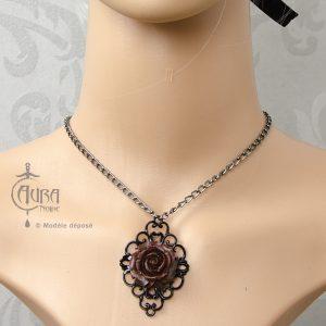 Collier gothique Vlad fleur rouge et cadre baroque noir - face