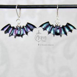 Boucles d'oreilles chauve souris occulte - gothique seih - noir irisé violet/vert - face