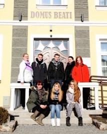 """Schüler vor der Unterkunft """"Domus Beati"""""""