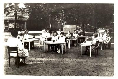 Berufliche-Schule-Paula-Fuerst_Wer-war-Paula-Fuerst_Paula-Fuerst-mit-Klasse-der-Montessori-Schule-in-Berlin-Wilmersdorf-1926