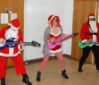 Berufliche Schule Paula Fürst FAWZ gGmbH_Schulweihnachtsfeier_Gitarrenspiel der Erzieher 19_Dezember 2019