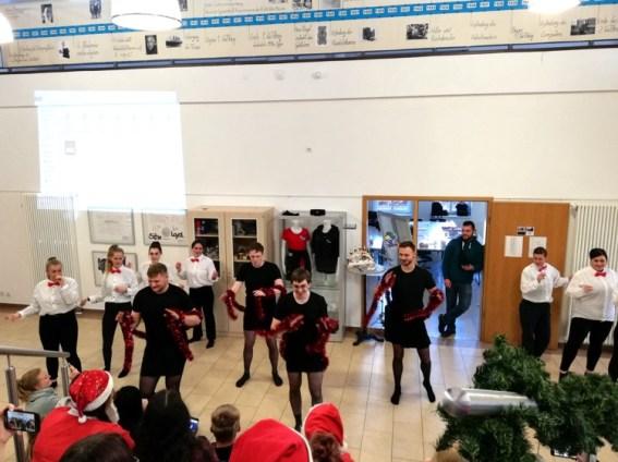 Berufliche Schule Paula Fürst FAWZ gGmbH_Schulweihnachtsfeier_Tanz-der-Erzieher-18-2_Dezember 2019