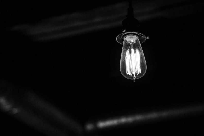 glühlampe auf schwarzem hintergrund