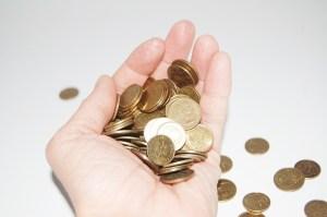 Bedienung von einen Geldscheinpröfgerät im Test