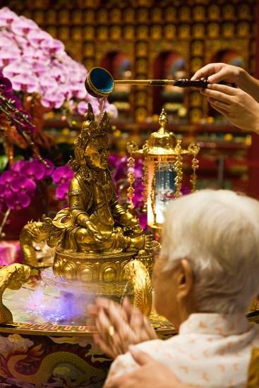 Buddha mit Wasser übergießen