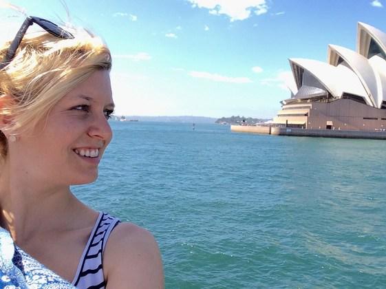 Kathi vor dem Sydney Operahouse