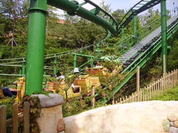 The least exciting of the four (now three) roller coasters at Everland. Still surprisingly fun.
