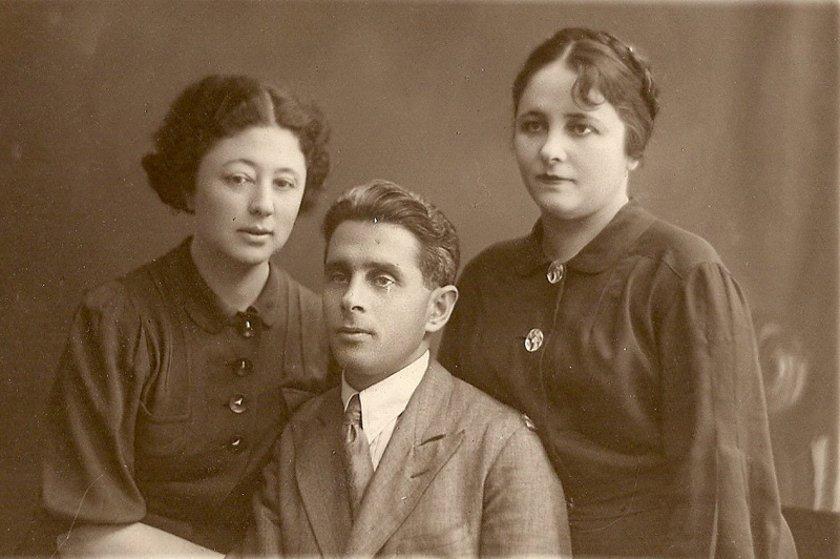 Мать спасенной Кати — Мария Фельдман (урожденная Волькович), с братом Исаком и сестрой Евой. Симферополь, 30-е годы
