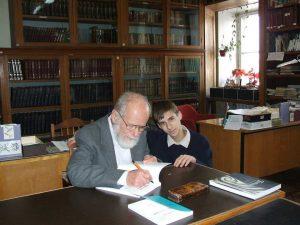 С сыном Ральфи в библиотеке Музея антропологии и этнографии в Петербурге, с которым связаны двадцать лет моей жизни и работы