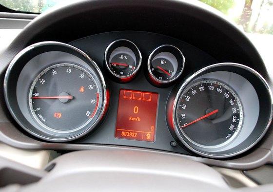 Tablica wskaźników samochodu wyposażonego w silnik 2.0 CDTI