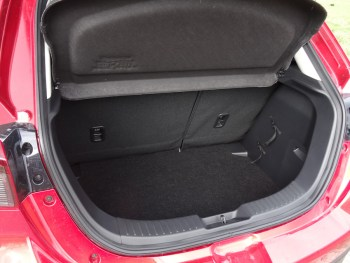 Der Mazda2 bietet hinter den Rücksitzen Platz für 280 Liter Gepäck. Foto: Petra Grünendahl.