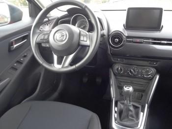 Mazda2: Materiaqualität und Verarbeitung sind sehr ordentlich, das Cockpit übersichtlich gestaltet. Foto: Petra Grünendahl.
