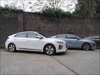 Hyundai Ioniq Elektro (links) und Ioniq Hybrid (rechts). Foto: Petra Grünendahl.