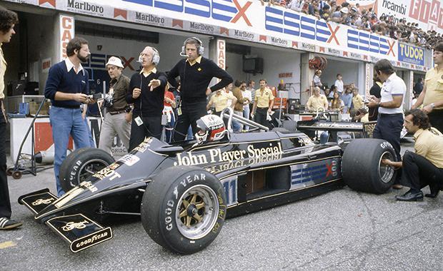 La photo la plus connue de Peter (le grand avec le casque à droite), Colin Chapman et la T81