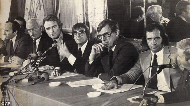 Conférence de presse, de gauche à droite: Franck Williams, Colin Chapman, Ken Tyrell, Bernie Ecclestone, Max Mosley, Emmerson Fittipaldi et Teddy Mayer (Mc Laren).