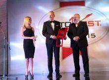 """Große Ehre: Opel Group CEO Dr. Karl-Thomas Neumann bekommt aus den Händen des AUTOBEST-Präsidenten Ilia Seliktar (rechts) die Auszeichnung """"Best Buy Car of Europe for 2015"""" für den neuen Corsa. Moderatorin der festlichen Preisverleihung ist die Schauspielerin und Sängerin Mila Elegovic. Bildquelle: © GM Company"""