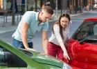 Eine junge Frau zweigt einem Mann den Unfallschaden. © Andrey Popov - Fotolia.com