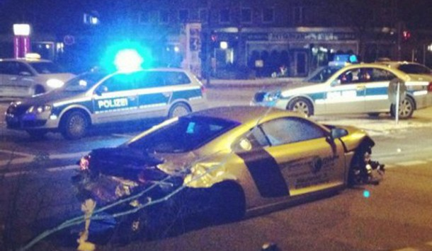 Gold Audi R8 Crash (1)