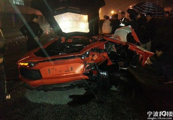Toyota Prius crashed into Lamborghini Aventador in China (10)