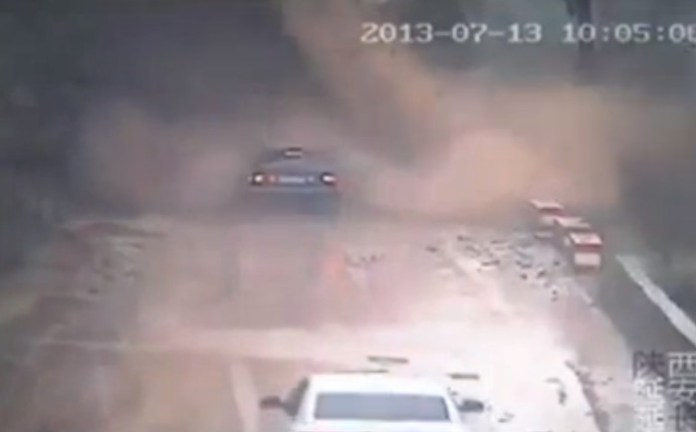 Passengers escape car swamped by landslide in China