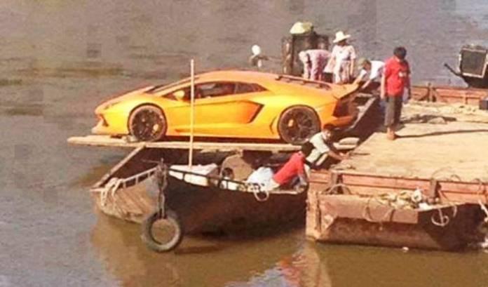 Lamborghini Aventador Crosses River (2)