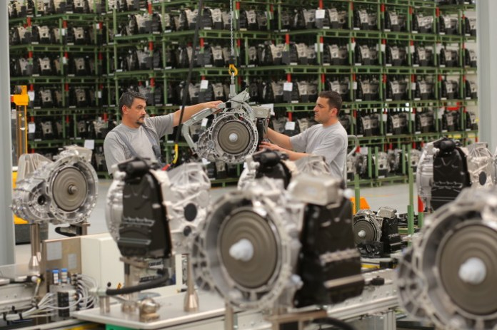 Prüfstand des Doppelkupplungs-Getriebes 7G-DCT von Mercedes-Benz bei der rumänischen Daimler-Tochter Star Transmission in Sebes. // Test bench for 7G-DCT dual clutch transmissions of Mercedes-Benz at Daimler?s Romanian subsidiary Star Transmission in Sebes.