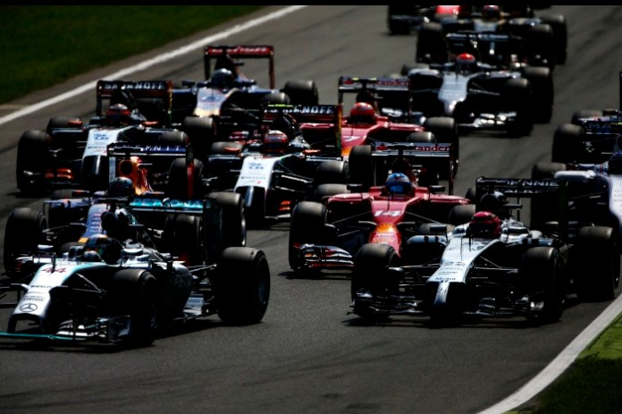 The field sqeeze into the first corner in the opeing lap