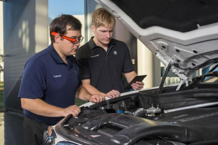 BMW engineers with Google Glass (2)